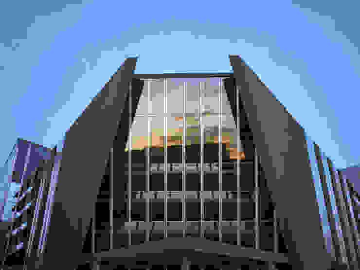 БИЗНЕС ЦЕНТР / ПР. АЛЬ-ФАРАБИ, АЛМАТЫ Офисные помещения в стиле модерн от Lenz Architects Модерн