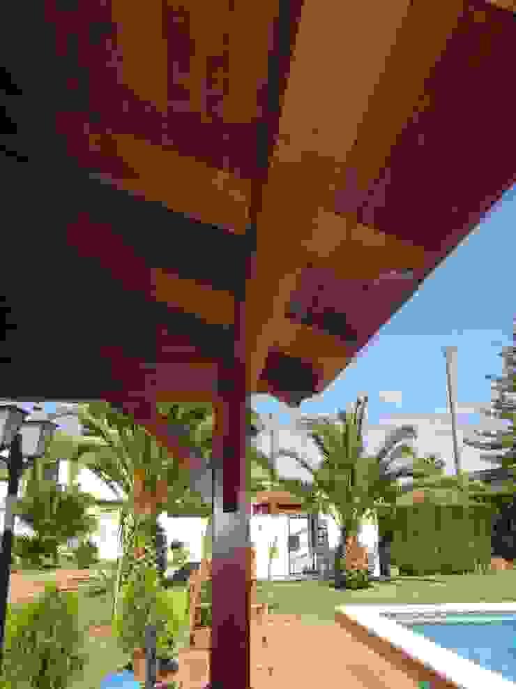 Cenador de madera a cuatro aguas Jardines de estilo clásico de Ático y Jardín Clásico