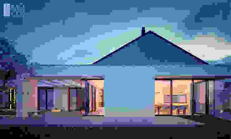 Dom parterowy z licznymi przeszkleniami: styl , w kategorii Domy zaprojektowany przez Pracownia projektowa artMOKO,Nowoczesny