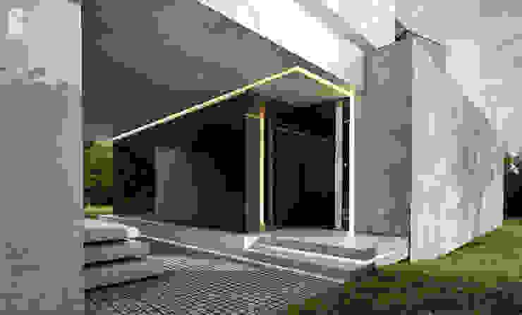 Wejście do nowoczesnej rezydencji Nowoczesne domy od Pracownia projektowa artMOKO Nowoczesny
