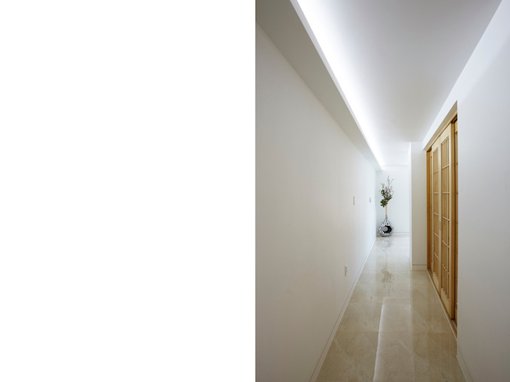 Modern Corridor, Hallway and Staircase by 스마트건축사사무소 Modern