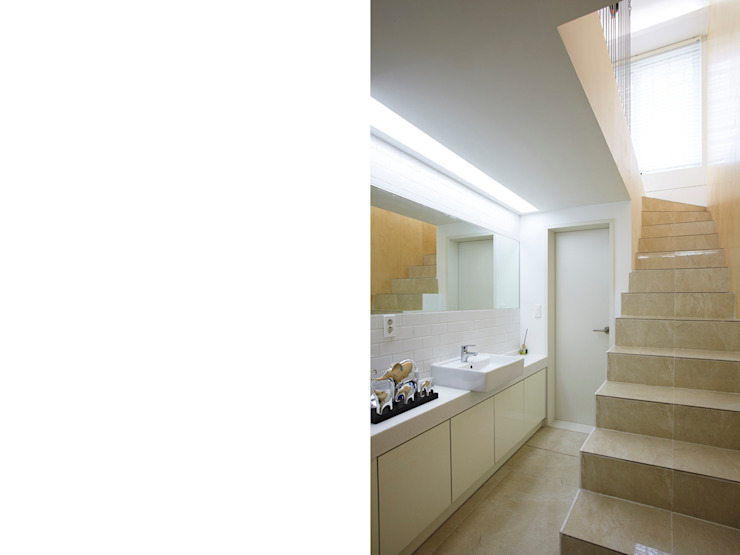 Modern Bathroom by 스마트건축사사무소 Modern