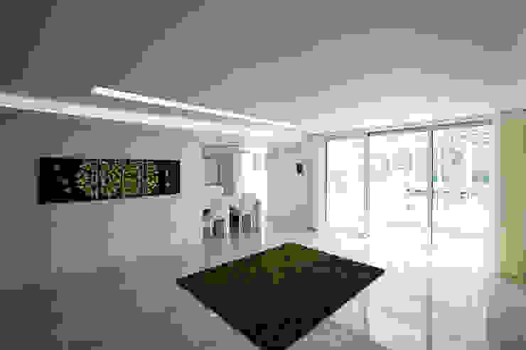 Lotus Haus (로터스하우스): 스마트건축사사무소의  거실,모던