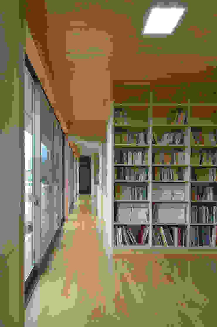 Медиа комната в стиле модерн от 長谷雄聖建築設計事務所 Модерн