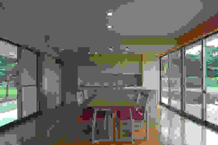 Столовая комната в стиле модерн от 長谷雄聖建築設計事務所 Модерн