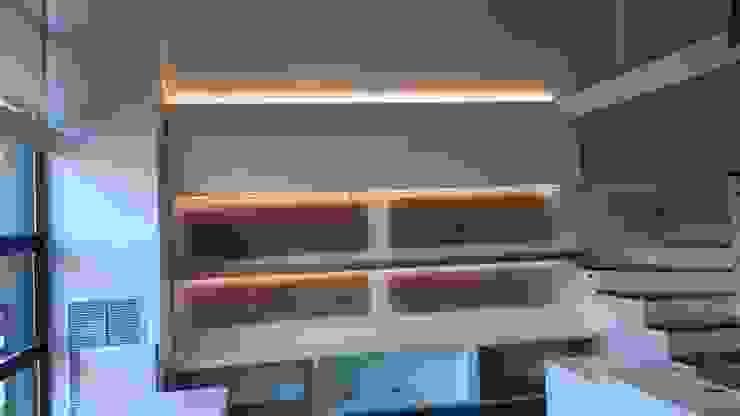 Zona trasera de mesas de despachos diseñadas con todo el entorno, con luz led indirecta y regulables. de key home designers Moderno