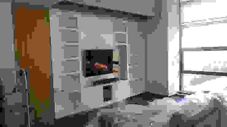 Parte de abajo de la libreria de 5 mts, lleva la Tv totalmente oculta con unas puertas especiales con roble y espejo perlado correderas. Estudios y despachos de estilo moderno de key home designers Moderno