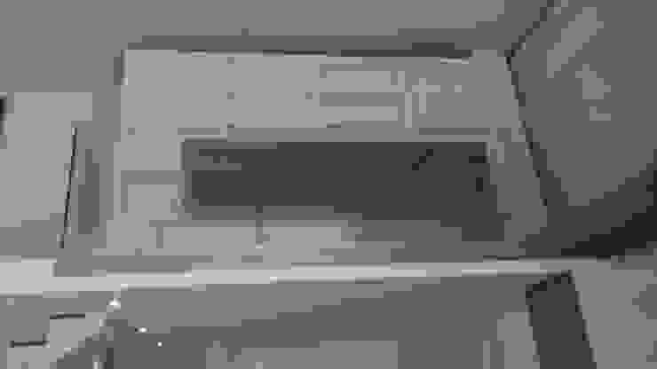 Entrada con la gran libreria a la pasarela, que fué un gran reto. de key home designers Moderno