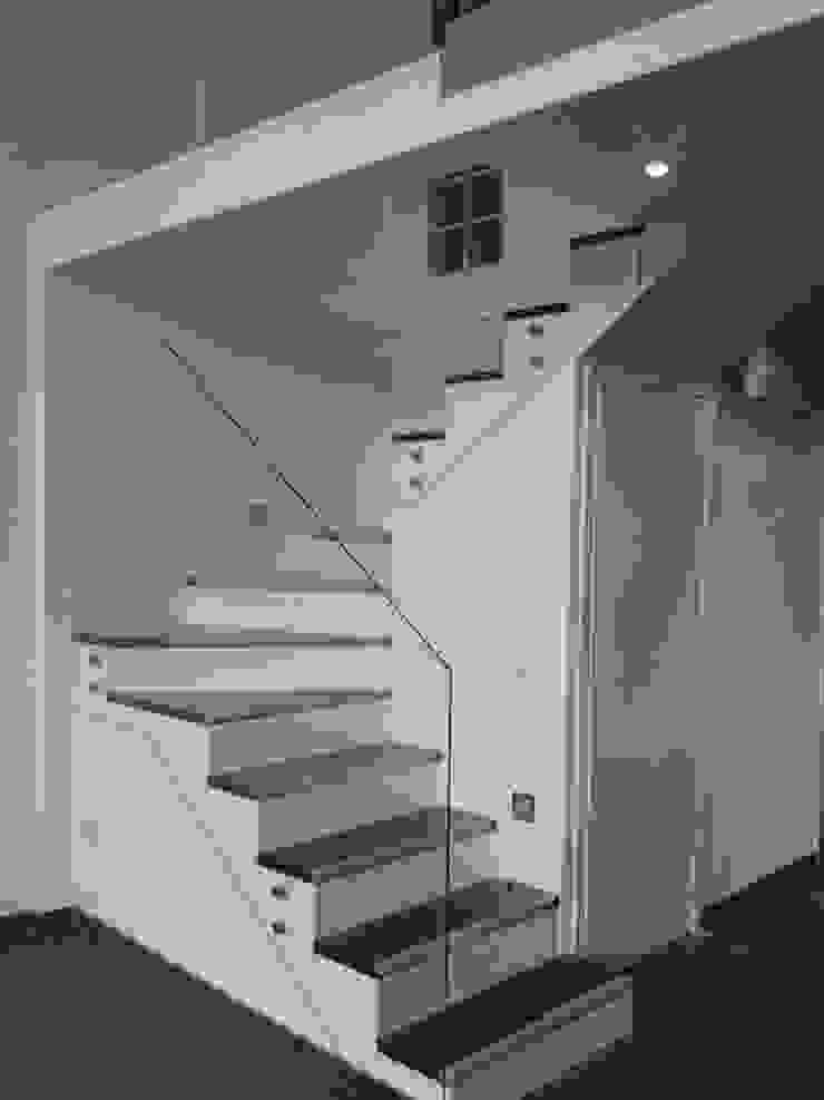Nueva barandilla de cristal, agarrada a ala estructura con chatones a pared. Pasillos, vestíbulos y escaleras de estilo moderno de key home designers Moderno