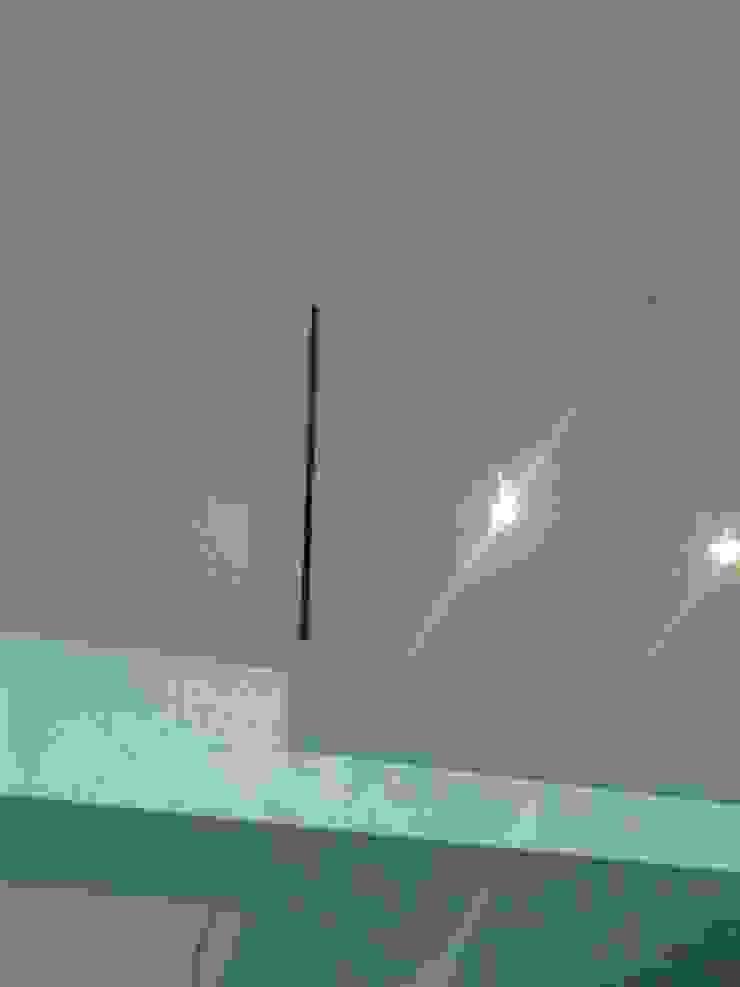 Nueva barandilla de cristal Pasillos, vestíbulos y escaleras de estilo moderno de key home designers Moderno