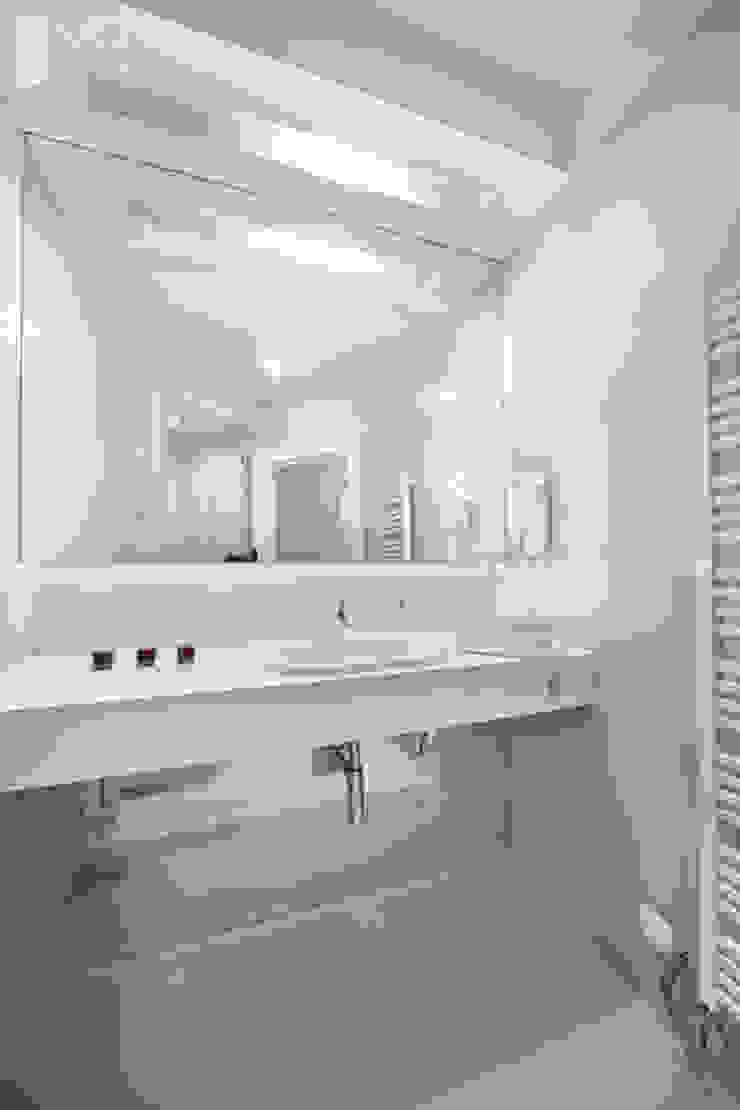 Łazienka w jasnej kolorystyce Minimalistyczna łazienka od Pracownia projektowa artMOKO Minimalistyczny