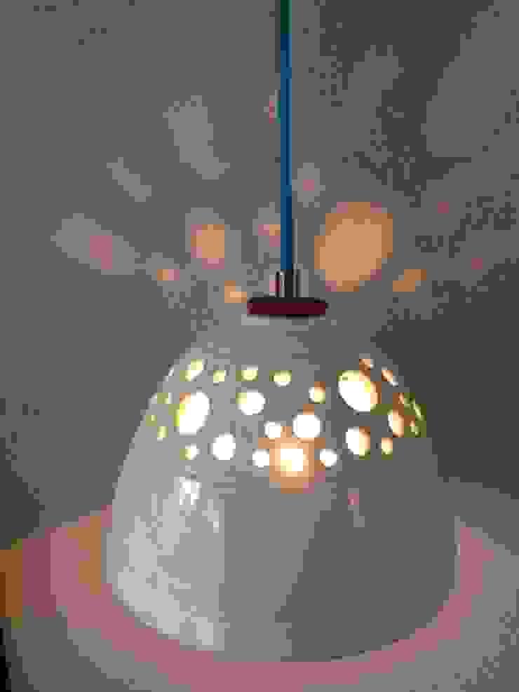 Steengoed lamp met glanzend wit glazuur: modern  door Hart & Ziel design, Modern