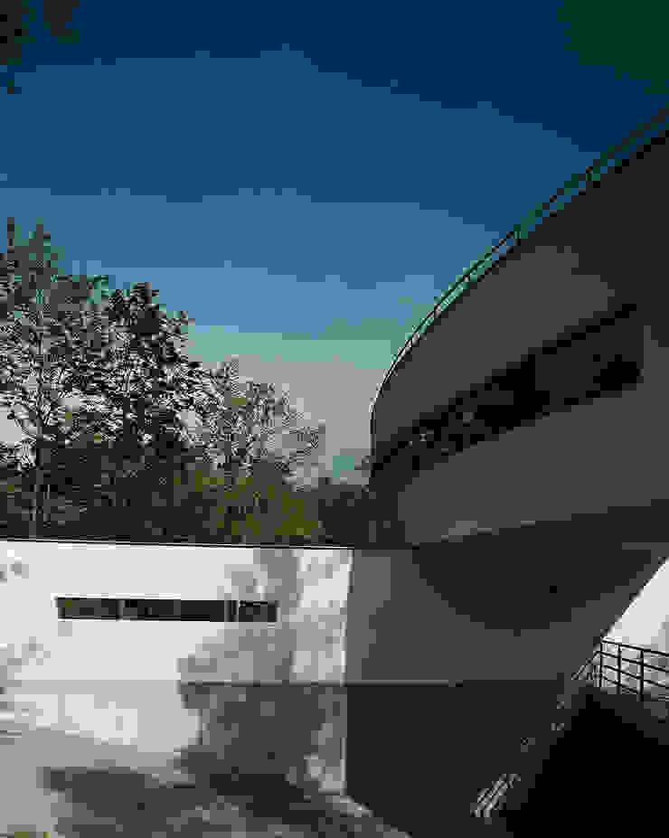 Inrit garage Moderne huizen van Lab32 architecten Modern