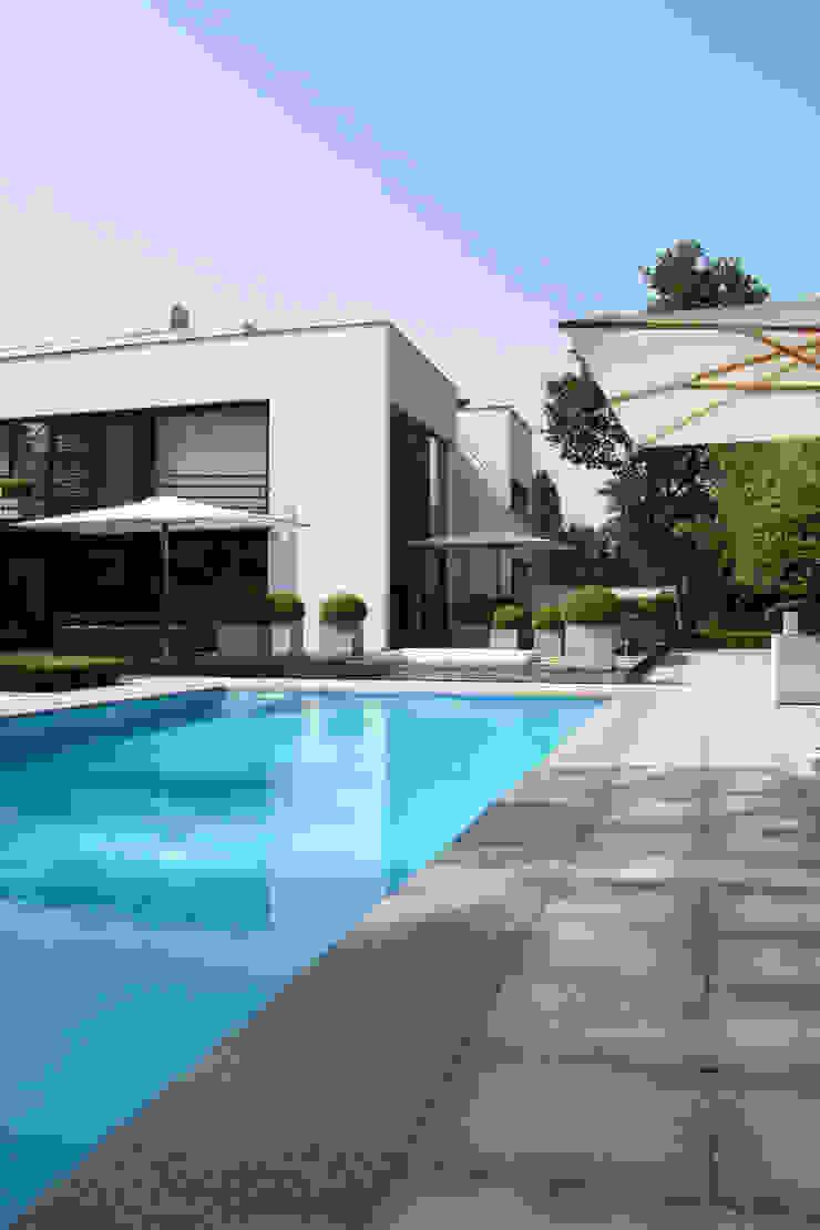 Achtergevel met zwembad Moderne huizen van Lab32 architecten Modern
