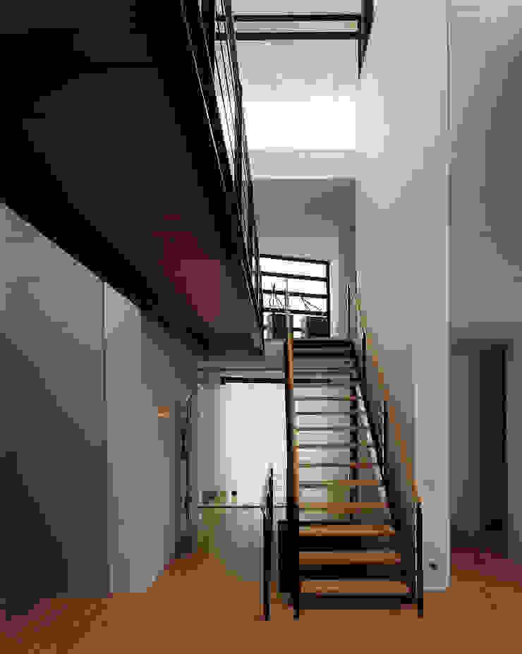 Trappenhuis met vides en loopbrug Moderne gangen, hallen & trappenhuizen van Lab32 architecten Modern