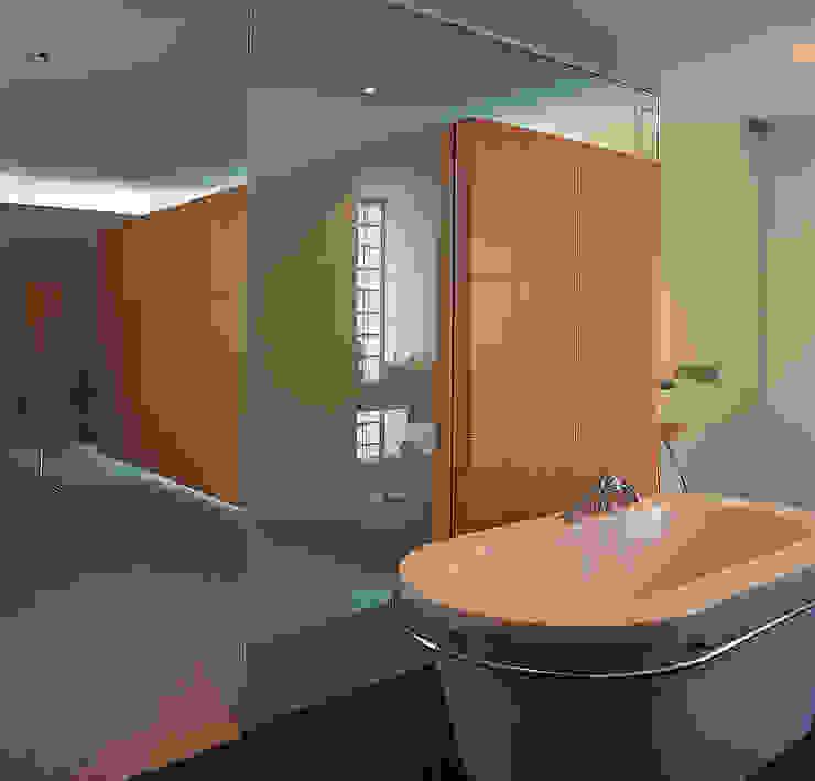 Badkamer met kleedkamer Moderne kleedkamers van Lab32 architecten Modern