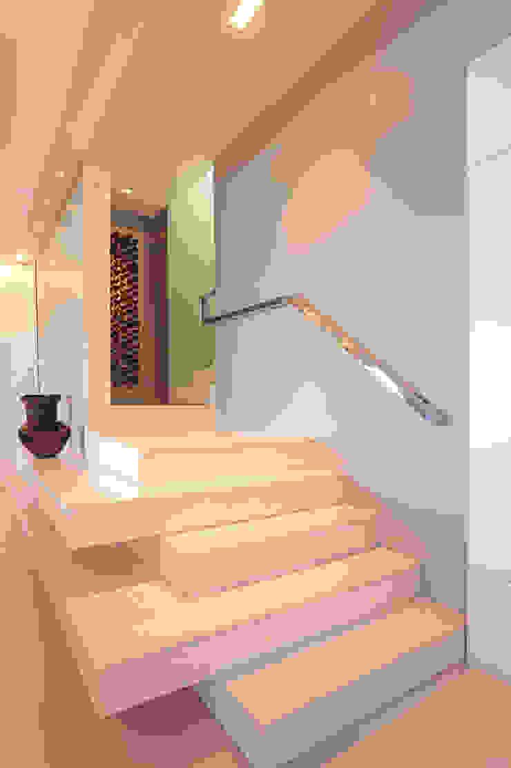DUPLEX 490m² Corredores, halls e escadas modernos por Nejaim Azevedo Arquitetos Associados Moderno