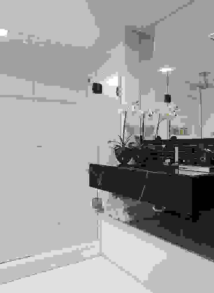 DUPLEX 490m² Banheiros modernos por Nejaim Azevedo Arquitetos Associados Moderno