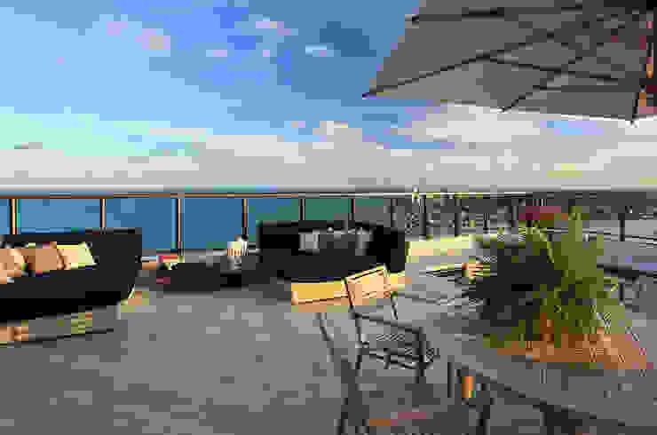 DUPLEX 490m² Varandas, alpendres e terraços modernos por Nejaim Azevedo Arquitetos Associados Moderno