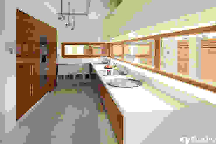 Dom jednorodzinny na Kabatach w Warszawie Nowoczesna kuchnia od xystudio Nowoczesny