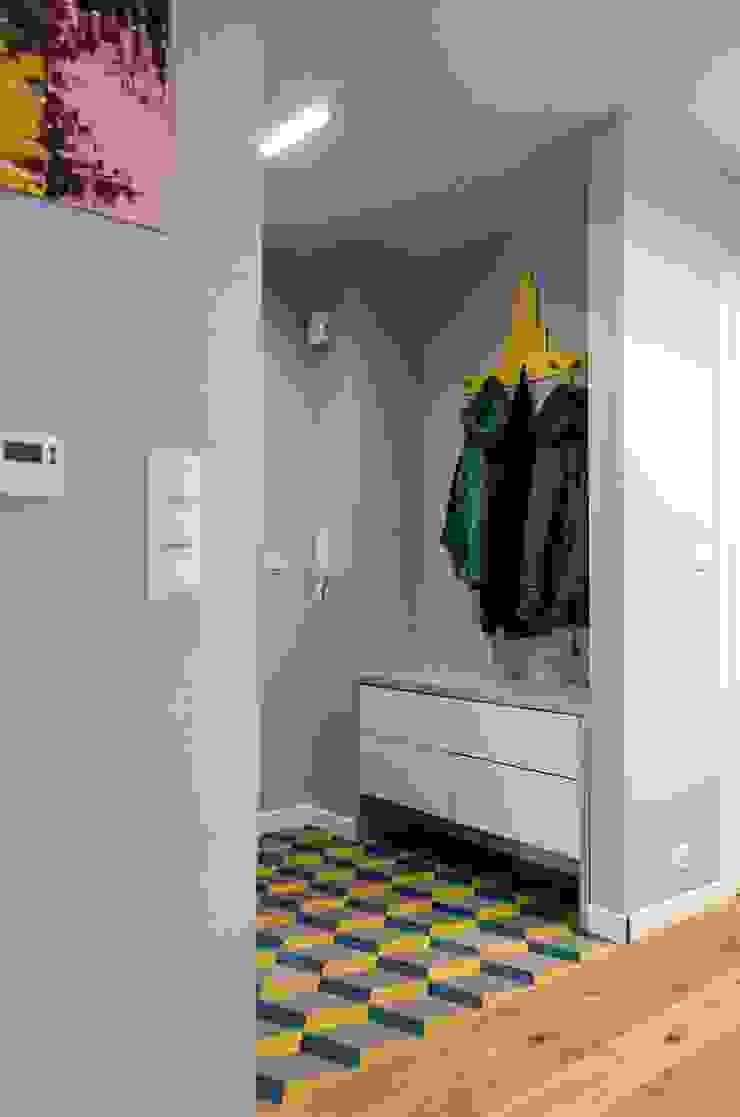 mieszkanie pomiędzy miastami | between big cities Skandynawski korytarz, przedpokój i schody od Studio Malina Skandynawski