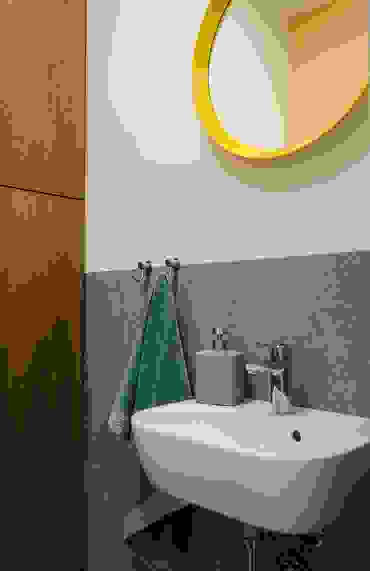 mieszkanie pomiędzy miastami | between big cities Skandynawska łazienka od Studio Malina Skandynawski