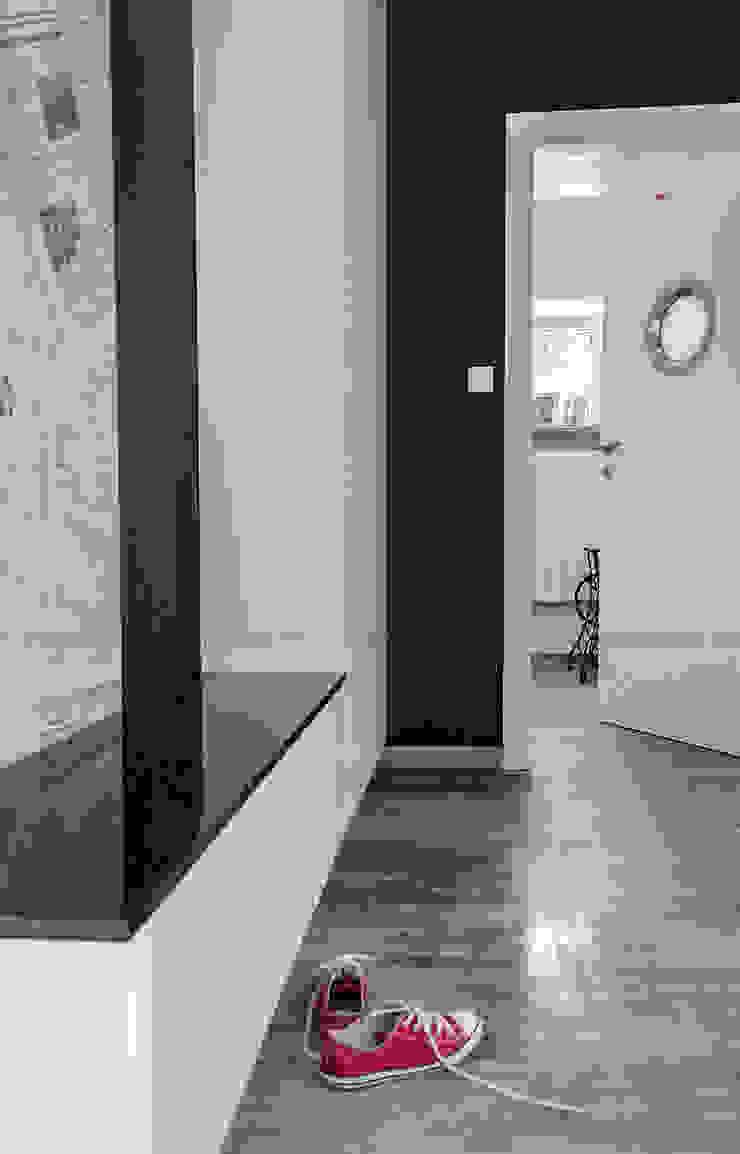Przedwojenna kamienica Eklektyczny korytarz, przedpokój i schody od Studio Malina Eklektyczny