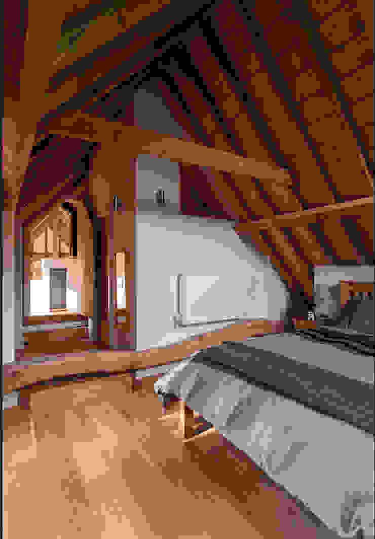 The main mezzanine bedroom Cuartos de estilo rural de Beech Architects Rural