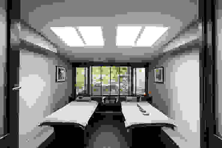 Double massage room:  Gezondheidscentra door SZIdesign,