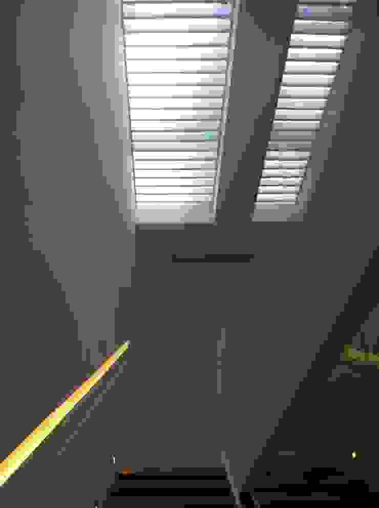 DOS VIVENDAS UNIFAMILIARES ADOSADAS. VALDEBEBAS. MADRID. EN CONSTRUCCION Pasillos, vestíbulos y escaleras de estilo moderno de Bescos-Nicoletti Arquitectos Moderno