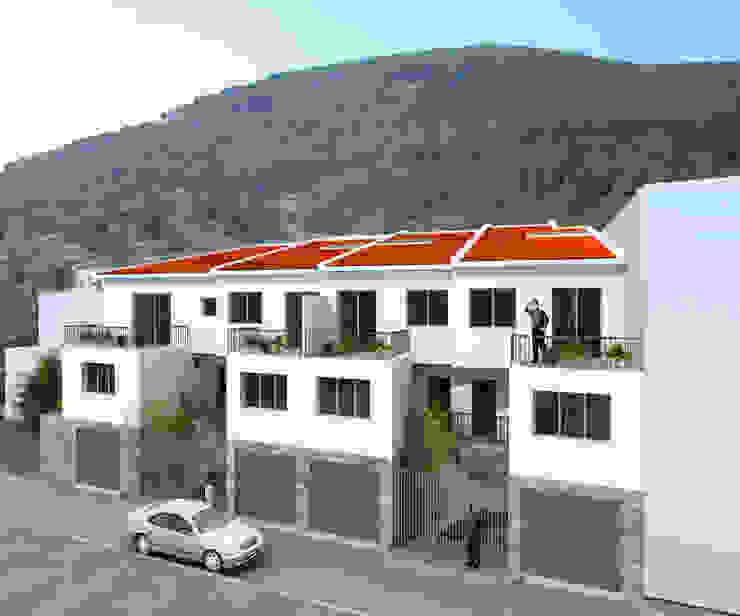 COMPLEJO DE CUATRO VIVIENDAS ADOSADAS. EL TIEMBLO. AVILA. 2007 Casas de estilo rural de Bescos-Nicoletti Arquitectos Rural