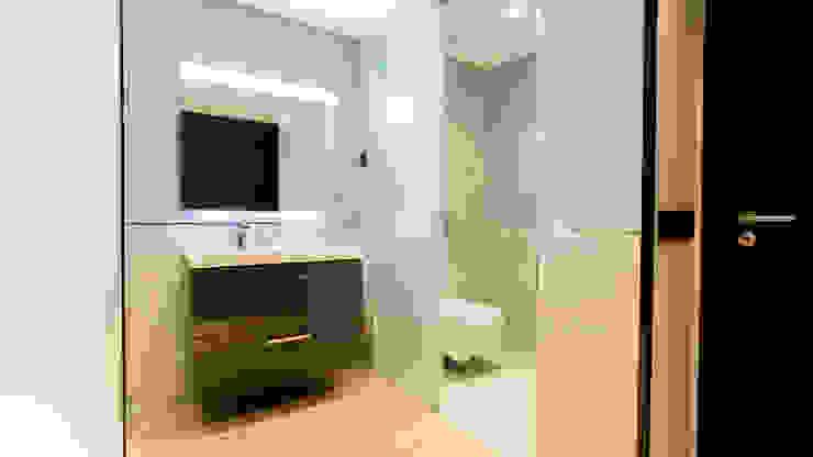Cerramiento traslúcido en aseo Baños de estilo minimalista de Empresa constructora en Madrid Minimalista