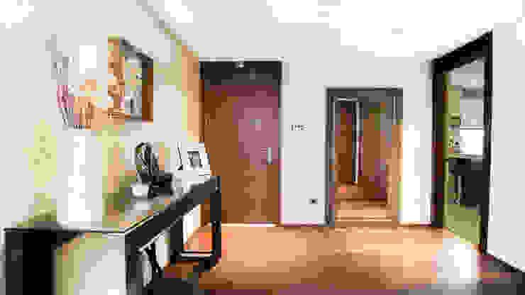 RENOVACIÓN DE VIVIENDA EN LA MORALEJA Pasillos, vestíbulos y escaleras de estilo moderno de Empresa constructora en Madrid Moderno