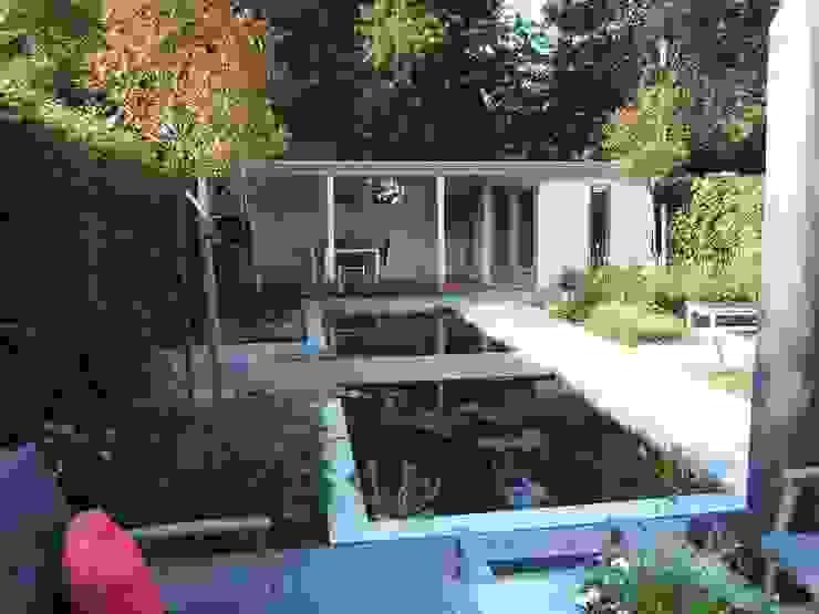 Klein achtertuin met grote waterpartij:  Tuin door Bladgoud-tuinen