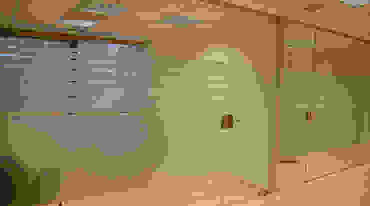 Cerramiento oficinas: Oficinas y Tiendas de estilo  de Gramil Interiorismo II - Decoradores y diseñadores de interiores ,