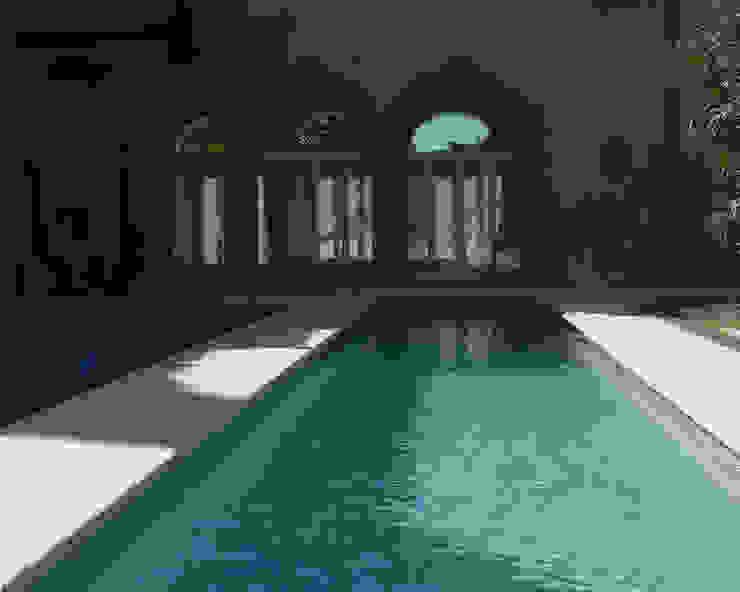 La piscina verso il soggiorno Piscina moderna di architetti5 Moderno