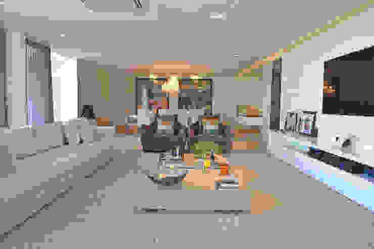 Minimalist living room by Larissa Maffra Minimalist