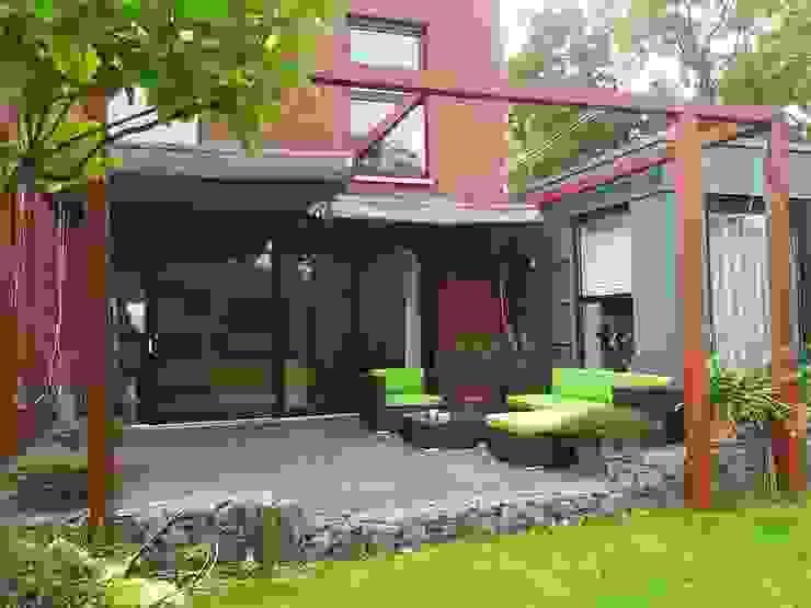 Schaduwlounge over het terras: modern  door Bladgoud-tuinen, Modern