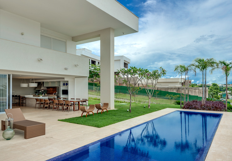 Minimalist balcony, veranda & terrace by Larissa Maffra Minimalist