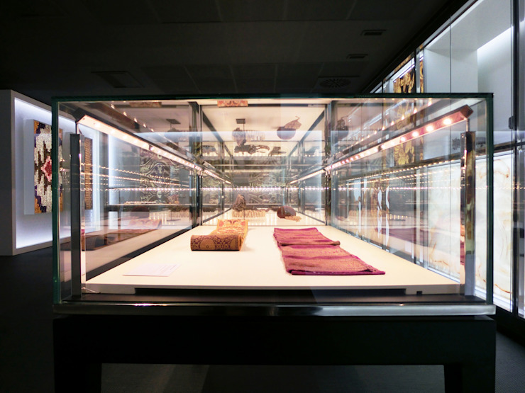 Louis Vuitton headquarters in SPAIN- Detail of an exhibit case Minimalist offices & stores by Daifuku Designs Minimalist