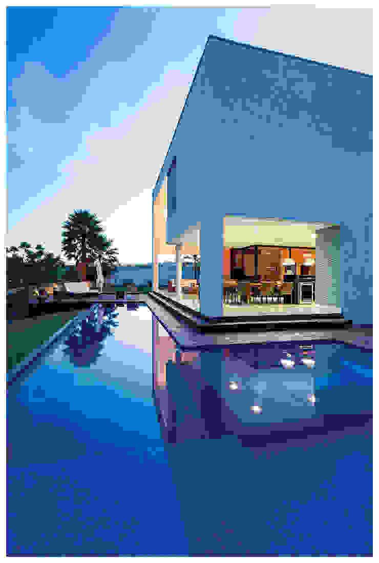 PISCINA Varandas, alpendres e terraços minimalistas por Larissa Maffra Minimalista