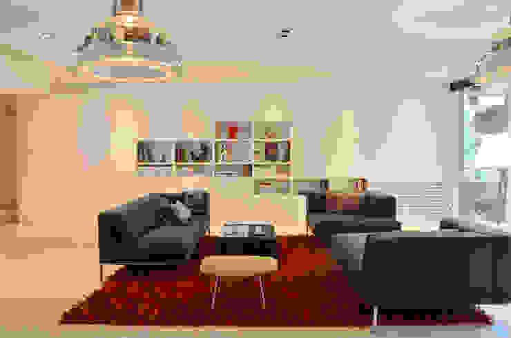 """Japón en BCN - El salón. Detrás del panel de la libreria, un televisor de 55"""" Salones de estilo minimalista de Daifuku Designs Minimalista"""