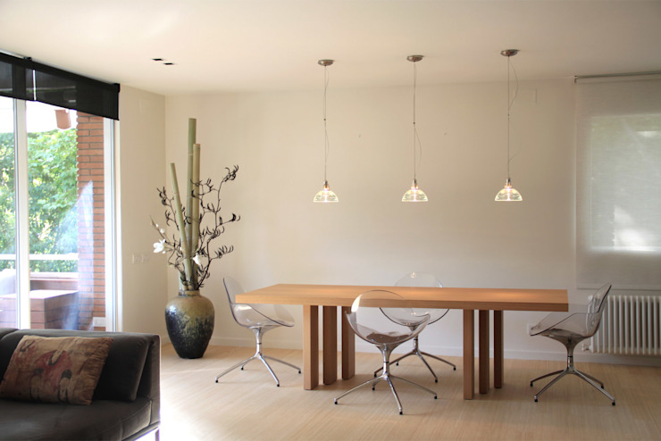 Japan in Barcelona: dinning area Minimalist dining room by Daifuku Designs Minimalist