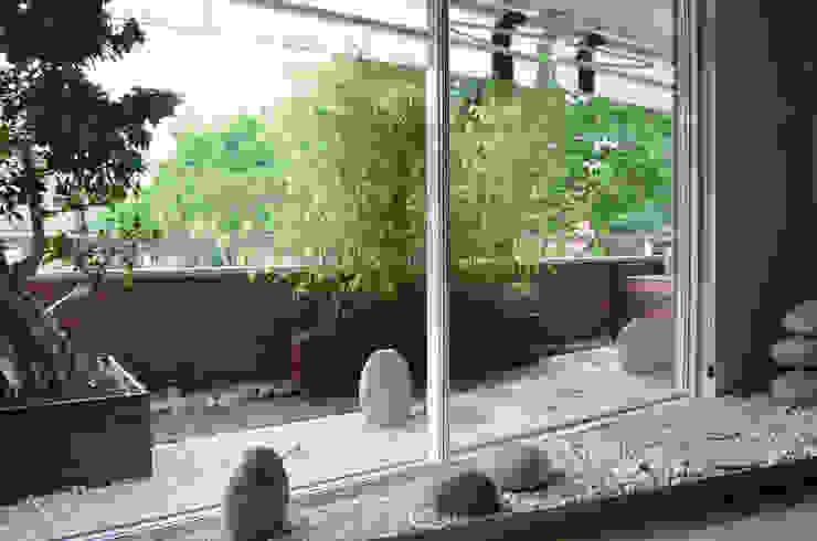 Japan in Barcelona: japanese stone garden on the terrace Varandas, alpendres e terraços asiáticos por Daifuku Designs Asiático