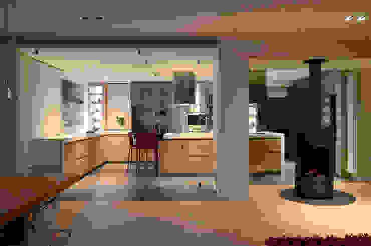 Japón en BCN - Vista de la cocina desde el salón Cocinas de estilo minimalista de Daifuku Designs Minimalista
