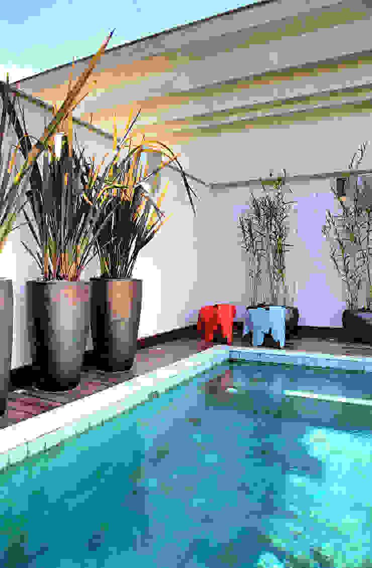 Triplex Alto de Pinheiros Piscinas modernas por studio scatena arquitetura Moderno