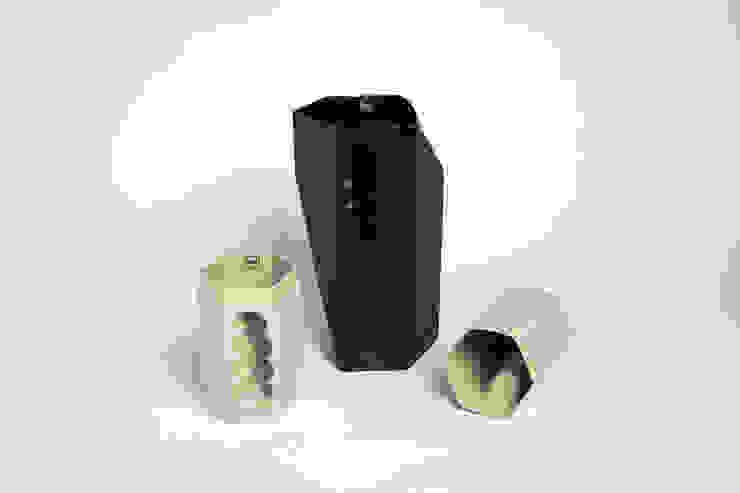 Want porcelain 2.0 zwart en groen (schenkkan en mokken): modern  door Studio Roel Beurskens, Modern