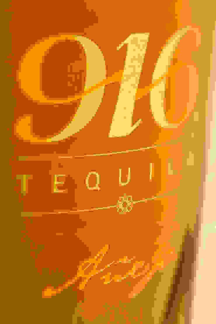 Detalle botella Tequila 916 añejo de Disémica Moderno
