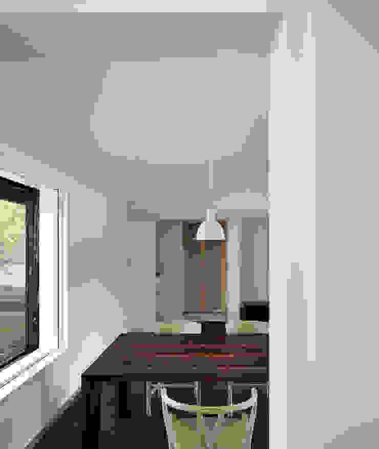 リビングダイニング(キッチンから) モダンデザインの リビング の 山田伸彦建築設計事務所 モダン