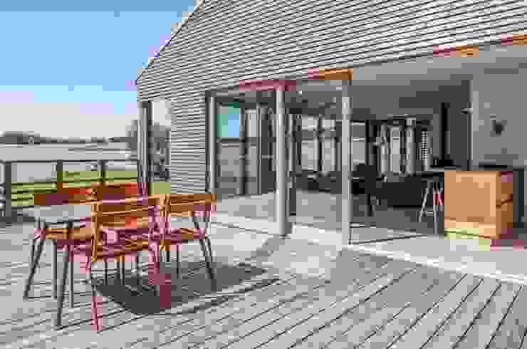 Modern balcony, veranda & terrace by Pavillonchamps Atelier d'Architecture Modern